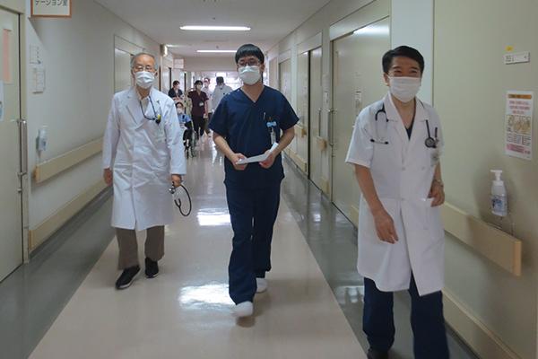 病棟回診中